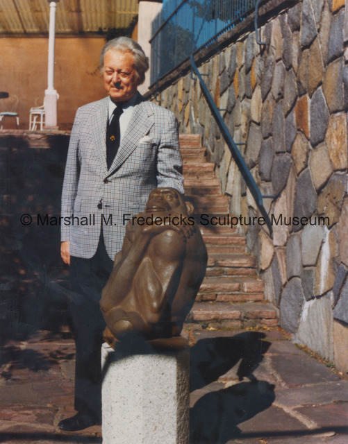 Marshall Fredericks poses with The Thinker at Millesgarden.jpg