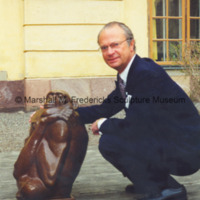 King Carl XVI Gustaf of Sweden poses with The Thinker at the Royal Palace in Stockholm.jpg
