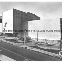 Milwaukee Public Museum with Indian and Wild Swans on the facade.tif